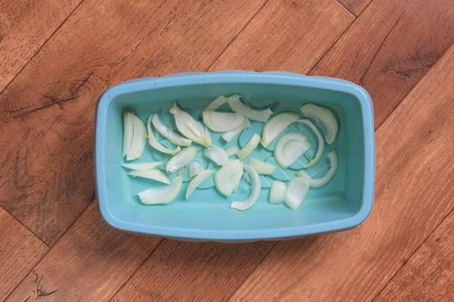 Каннеллони с овощами - шаг 5 (выкладываем лук на дно формы)