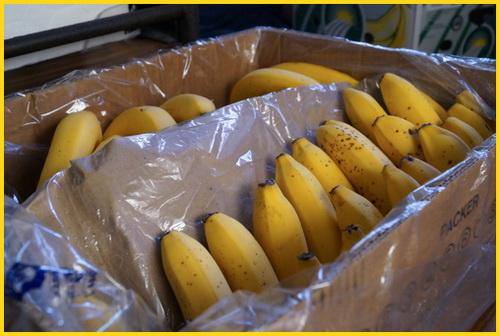 ящик спелых бананов