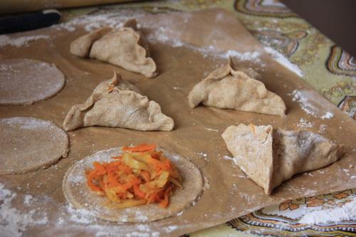 веганские пирожки с капустой  - шаг 7 (придаем треугольную форму)