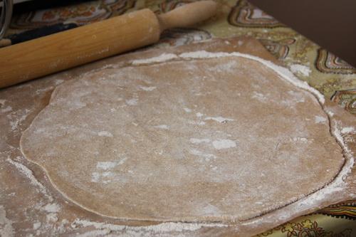 веганские пирожки с капустой  - шаг 3 (раскатываем тесто)