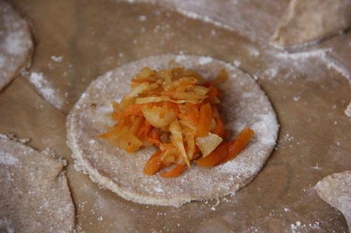 веганские пирожки с капустой  - шаг 6 (выкладываем начинку)
