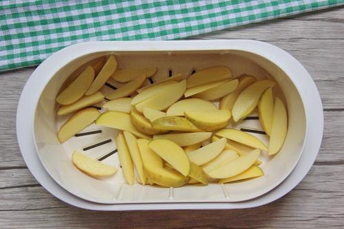Кладём картофель в пароварку